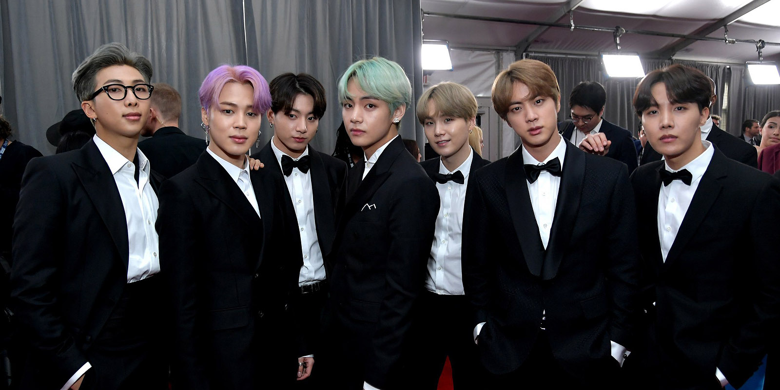 d couvrez les photos de bts sur le tapis rouge des grammy awards k gen. Black Bedroom Furniture Sets. Home Design Ideas